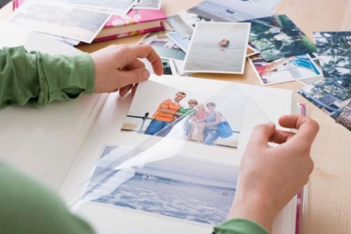 Foto von Frau beim Betrachten von Fotos