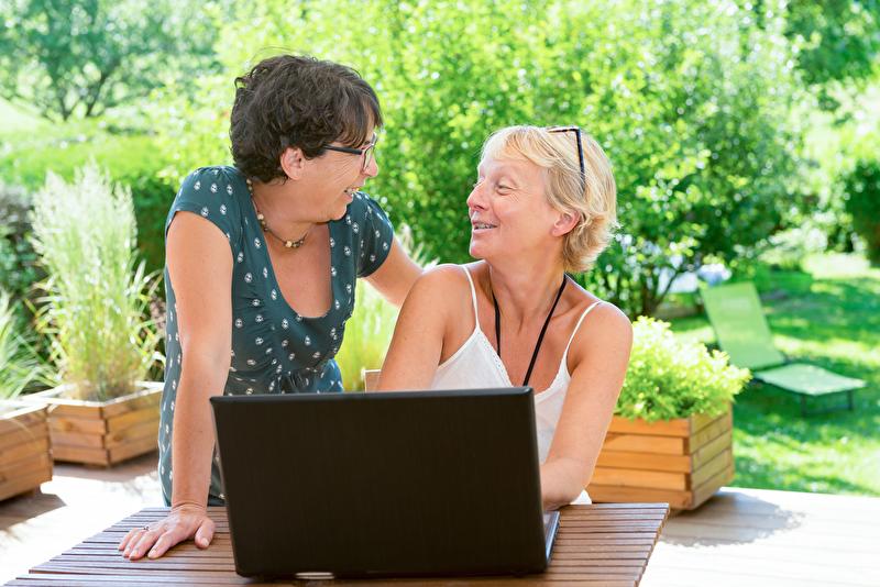 Foto von zwei Frauen im Garten