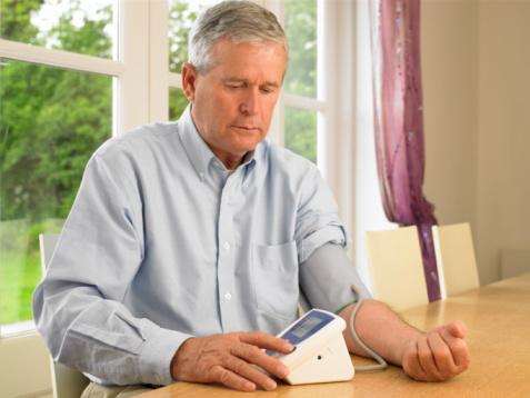 Foto von Mann bei der Blutdruckmessung