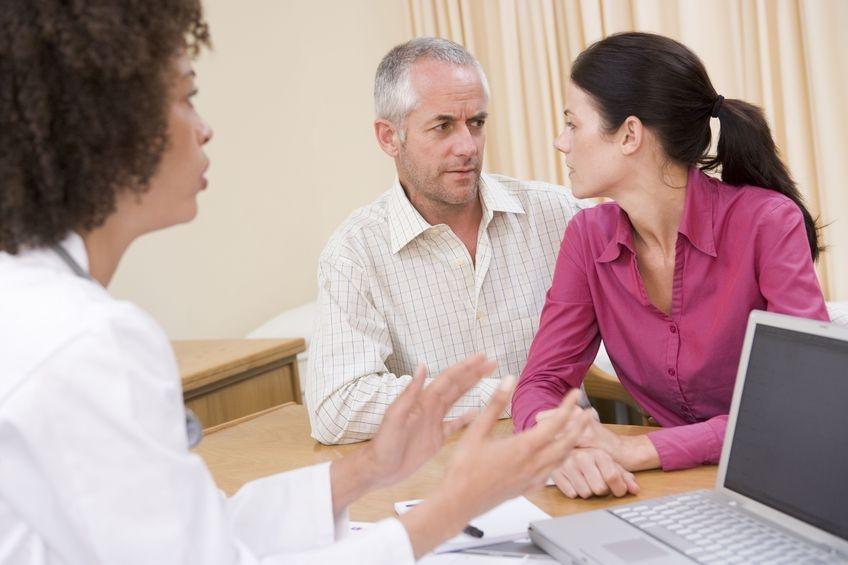 Foto von Paar im Gespräch mit dem Arzt