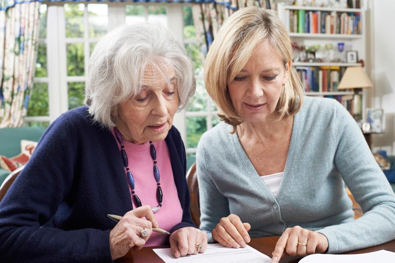 Foto von zwei Frauen beim Ausfüllen von Formularen