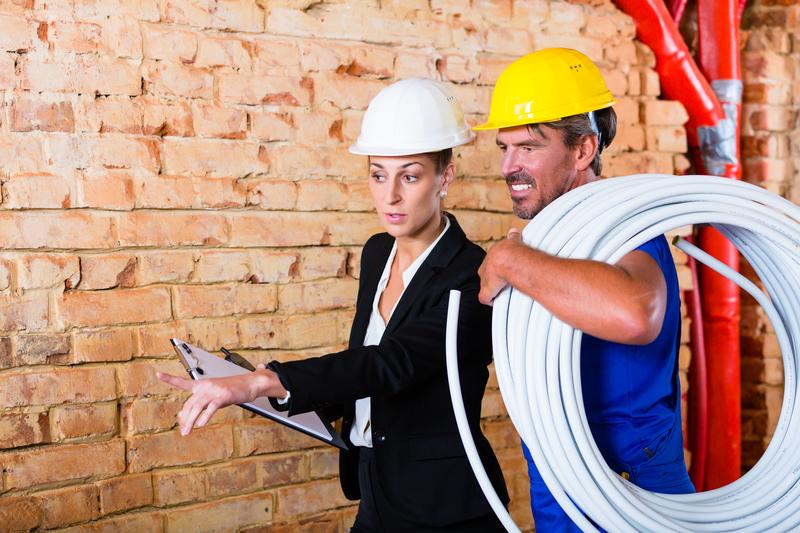 Foto von Bauarbeiter und Architektin