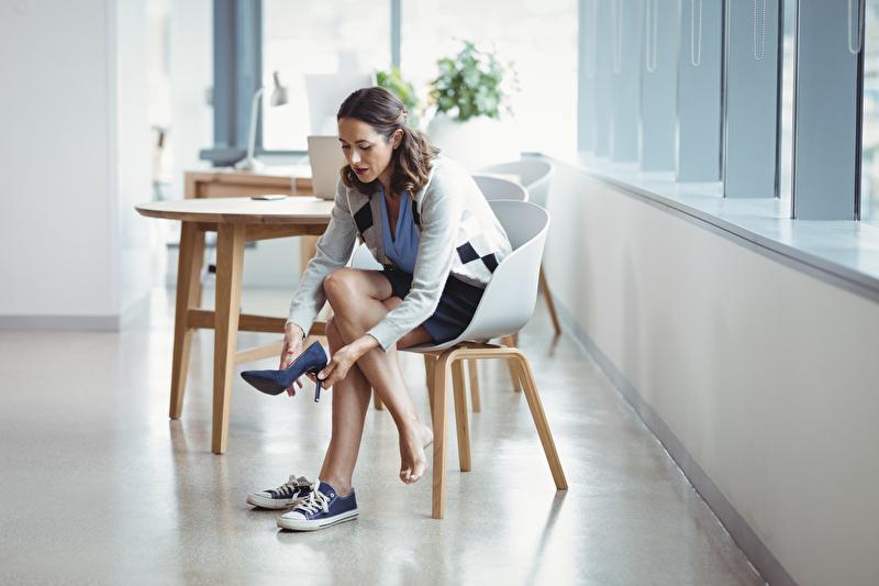 Foto von Frau beim Wechseln ihrer Schuhe