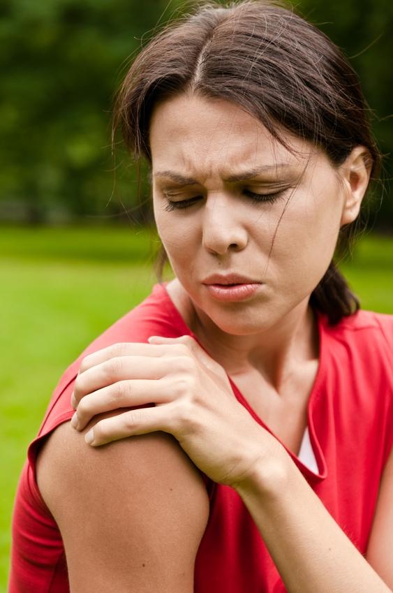 Foto von Frau mit Nackenschmerzen
