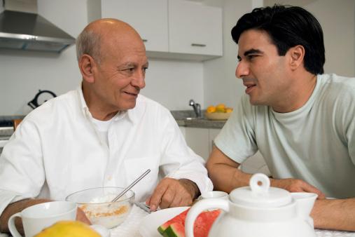 Foto von Vater und Sohn im Gespräch