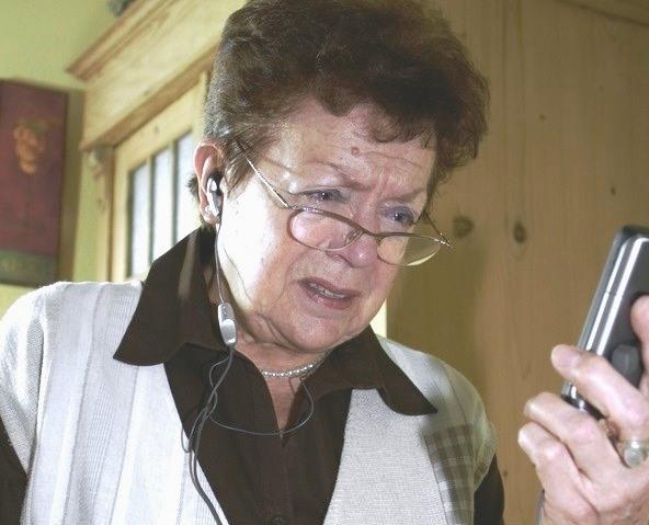 Foto von Frau beim Wählen der Notfallnummer