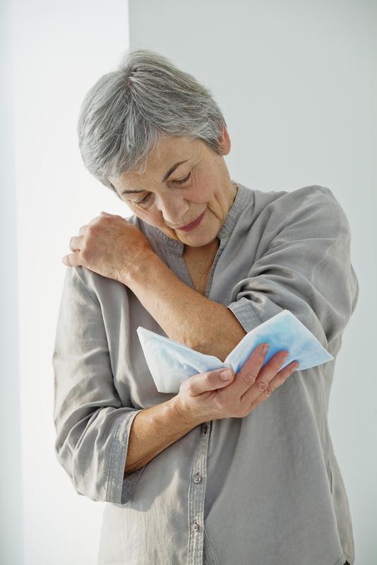 Foto von Frau mit Schleimbeutelentzündung am Ellenbogen