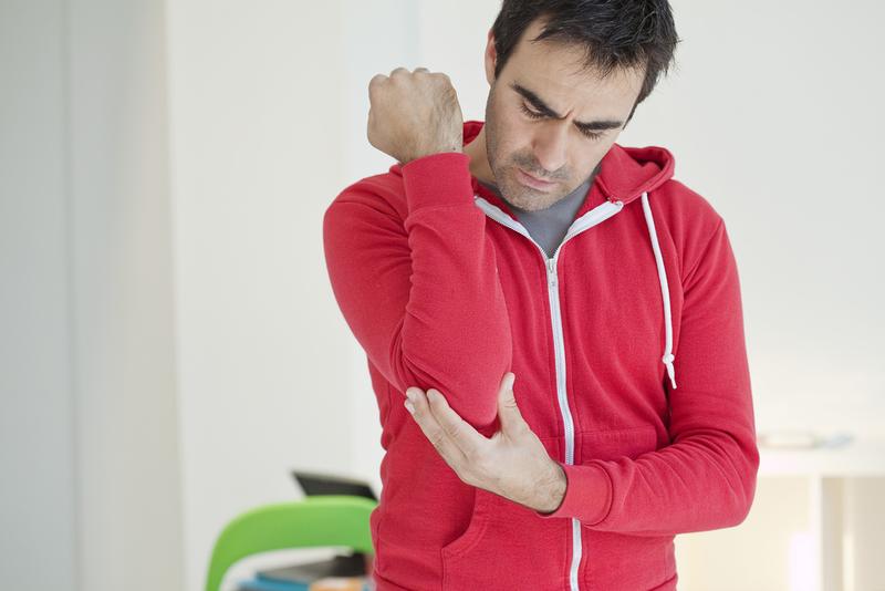 Foto von Mann mit Schmerzen am Ellenbogen